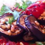 Salade met geroosterde aubergine en granaatappeldressing